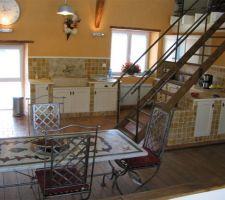 Une vue de la cuisine ouverte appartement situé à l'étage de la grange.