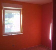 Chambre parentale. Revêtement mural en vinyl sur intissé, largeur 106 cm. Les couleurs choisies sont orange et framboise (finition prévue avec une frise).