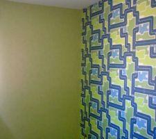 Voici la chambre de mon fils, papier peint classique vert anis sur 3 faces, un mur à motif (routes) avec raccords. Le sol est en parquet stratifié (il manque encore les plinthes qui seront blanches pour s'accorder avec les fenêtres pvc et les portes intérieures laquées blanches).