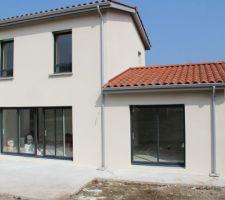 enduit g20 blanc casse sur l ensemble des facades et enduit g50 gris cendre sur la partie toit terrasse cuisine cellier