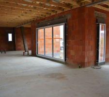 La grande baie de la salle en trois vantaux et les deux fixes du salon