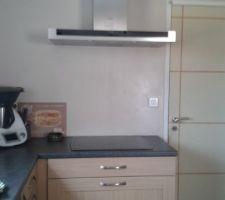 Partie plaque de cuisson : la crédence n'a toujours pas vu le jour ! ;-) La porte pas peinte non plus !...