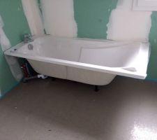 La baignoire déjà en place.