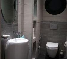 WC Rdc avec faïences 2 tons posées à la verticale pour segmenter les espaces et casser l'effet