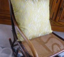 coussin fait pour mon rocking chair dans une chute du tissu des rideaux