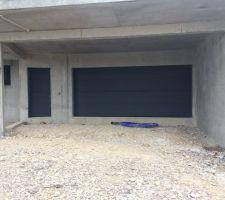 La porte de garage sectionnelle et le portillon qui va avec.