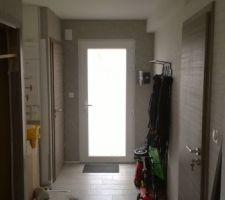 Fin de la pose des portes et du cadre seul dans le hall d'entrée avec le porte manteau en fer forgé