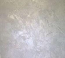 Un petit aperçu du rendu final de l'enduit sur les murs de la salle de bain