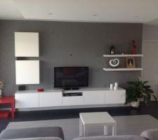 salon fond papier peint gris et meuble blanc besta ikea
