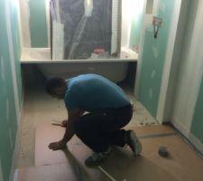 Isolation du sol dans la salle de bain.