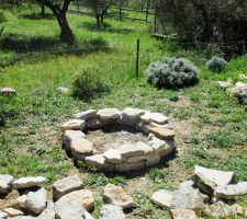 ça faisait longtemps que je n'avais pas ramassé des pierres dans la garrigue ;-) - Futur barbecue!