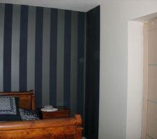 Chambre en RDC - Tapisserie bleu marine et blanche pailletée (invisible sur la photo)
