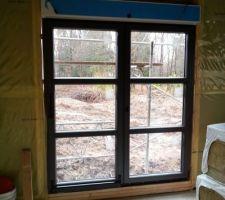 baie vitree fixation avec des cales en plastique sur les contours avant la projection de la mousse expansive