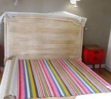 les tables de nuit sont du meme rose qu une des rayure du tissu de rembourrage tete de lit effet ivoire vieilli que l on va recouvrir