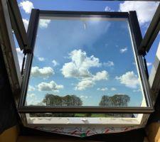 Fenêtre de toit de la mezzanine en mode nettoyage
