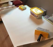 La chambre me sert d'atelier pour tapisser le palier