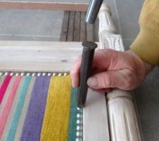 utilisation du guide pas genial on va utiliser une autre methode celle ci on pointe le clou a la main puis un coup de marteau et on se sert de cet outil pour enfoncer le clou
