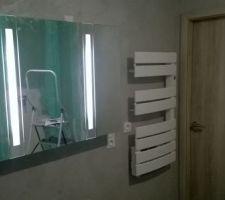 Le meuble miroir et le sèche serviettes