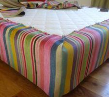 bandes de velours cousues et mises en forme autour du sommier avant de coudre le tissu vert au milieu