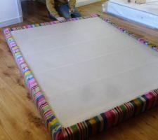 on fixe le tour avec des clous en tendant le tissu