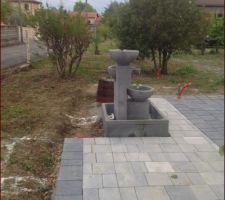 notre terrasse en paves avec la fontaine a debordement