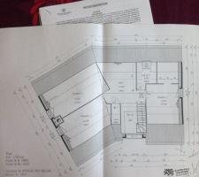 L'étage avec ses 3 chambres, dont une parentale avec dressing, une petite salle d'eau à l'étage accessible depuis le pallier (non privative), et le pallier donnant sur le vide sur hall en mezzanine et sur l'extérieur avec le portique vitré.