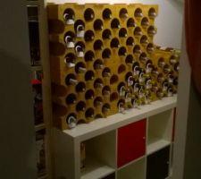 Notre petite cave à vin dans l'espace sous l'escalier qui nous fait office de second sellier