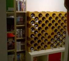Notre petite cave à vin et l'étagère à dvd bien remplie dans l'espace sous l'escalier qui nous fait office de second sellier