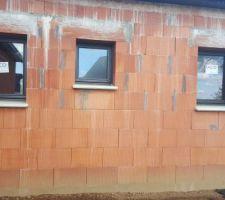 Fenêtres oscillo battant. Les 2 à droite sont brouillée  (wc et sdb)