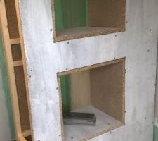 Une vue de détail des niches de rangement de la séparation bain / douche
