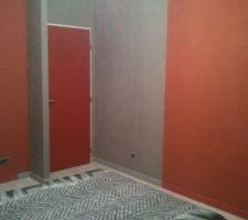 les deux bandes couleurs terre rouge et la porte dans la teinte qui se rapprochait le mieux
