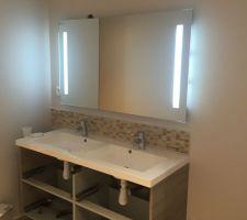 Mur et sol travertin meuble double vasque et miroir anti buée leroy merlin, reste à poser les portes...