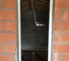 Porte de service entre garage et maison