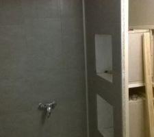 Les lambris PVC posé dans la cabine de douche