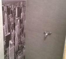 Les lambris PVC et le panneau décor Manathan posés dans la cabine de douche