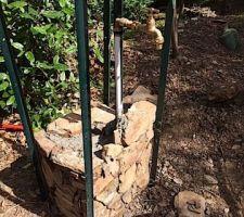 Poteau en pierres pour robinet de jardin..