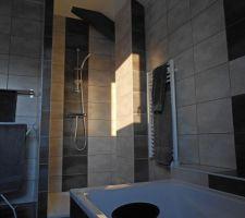 le premier rayon de soleil du matin indique le chemin la douche