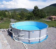 piscine hors sol en cours de remplissage