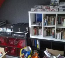 installation des etageres pour range notre collection de livres et ma petite collection de maquettes et surtout de quoi ecouter de la musique