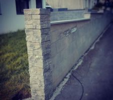 Habillage des piliers béton en parements pierre ... plus jamais ... plus jamais !... Un portail alu viendra fermer ce passage (pose prévue cet été). Le crépis devrait être fait en juin.