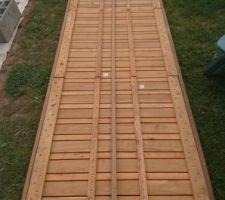 On a du solidariser les dalles pour rigidifier et mettre des tasseaux sur les bords car les dalles ne sont pas prévues pour être posée sur des plots PVC...