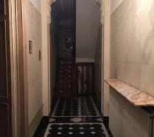Hall d'entrée d'origine avec moulures et sol en noir de mazy avec cabochons en marbre blanc. <br /> Ce hall va être conservé en l'état mais restauré.