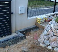 mise en place des paves d inde 14 14 14 finition gris nuance a l entree vers les marches d acces a la maison