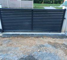 mise en place des paves d inde 14 14 14 finition gris nuance et du caniveau grille en fonte devant le portail