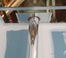 Installation de la sortie ventouse en toiture, de la coquille pour l'écart au feu et de la plaque de protection. Conduits inox 80/130 pour poêles à pellets