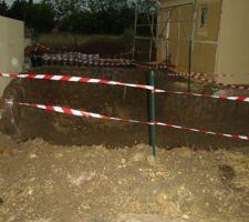1er aout : le trou de la piscine est balisé   livraison des férailles (au fond)