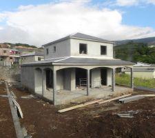 Vue d'ensemble : toiture mise en place et façade lissée