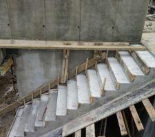 Décoffrage d'une face de l'escalier extérieur