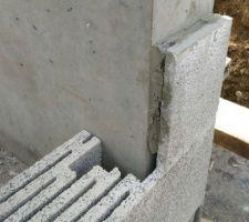 L'astuce du maçon pour avoir la continuité de facade en pierre ponce sur l'arète de la poutre voile en béton perpendiculaire : disquer des blocs d'angle, et coller l'autre morceau sur l'arète du voile.