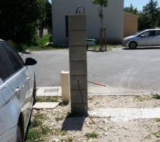Les poteaux pour le futur portail